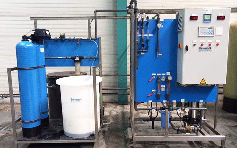 Ontharding en gecombineerde omgekeerde osmose/EDI t.b.v. glasproductie